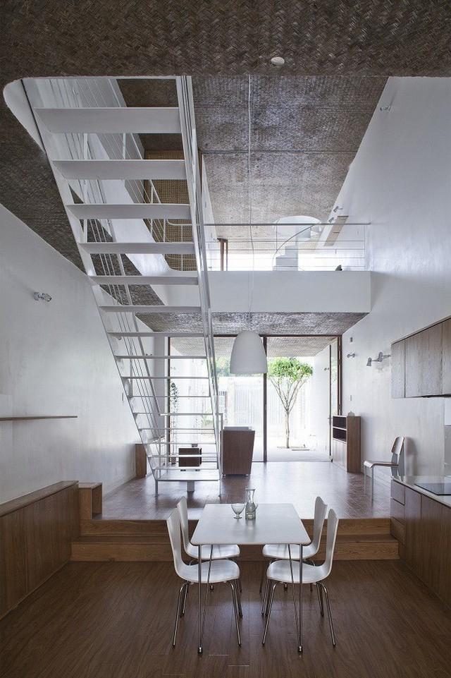 Mặt sàn tầng 1 được lát gỗ với cách giật cấp để không gian mới mẻ, lạ mắt.