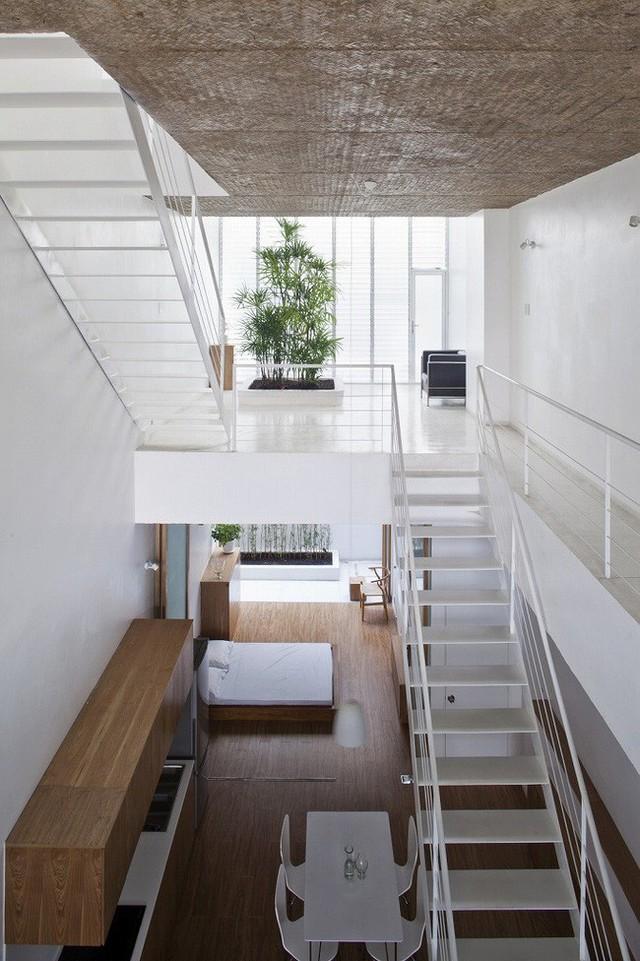 Cầu thang sắt được thiết kế đơn giản để tiết kiệm diện tích.