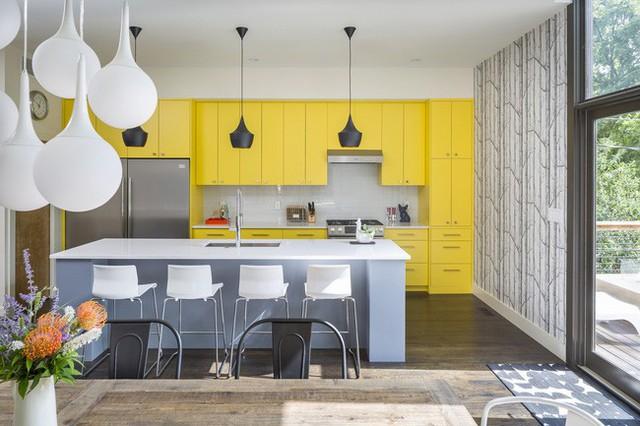 Khu bếp vô cùng ấn tượng với hệ tủ bếp màu vàng.