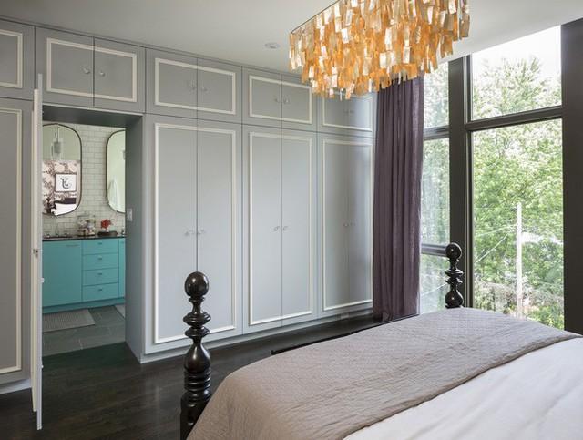Phòng ngủ chính với thiết kế lối vào phòng tắm là một phần của hệ tủ.
