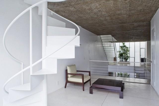 Tầng 2 cũng có thêm cầu thang xoắn vô cùng độc đáo màu trắng giúp tăng sự tiếp nối thiên nhiên với cuộc sống của mọi người trong gia đình.