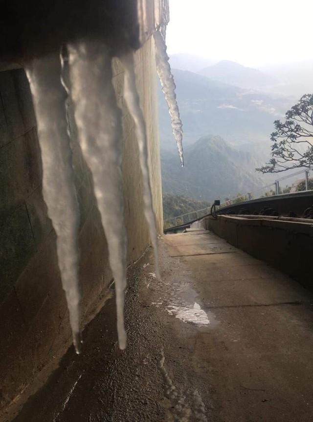 Đợt gió mùa đông bắc đầu tháng 11 đã khiến Fansipan xuất hiện băng giá