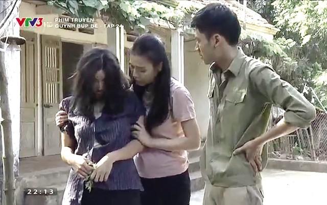 """Cảnh Quỳnh chăm sóc Lan trong tập 24 phim """"Quỳnh búp bê""""."""