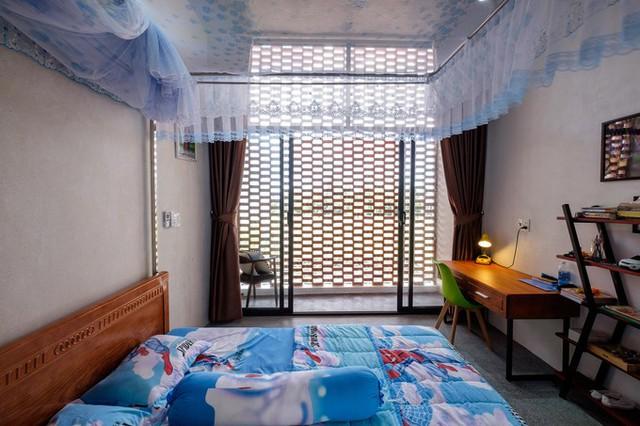 Căn phòng của các con lấy sáng và thông gió từ bức tường gạch lỗ.
