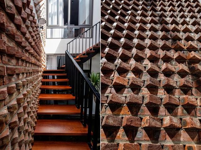 Các viên gạch được bố trí xếp nghiêng để tạo hiệu ứng trang trí bắt mắt. Khi ánh nắng chiếu xuống qua thông tầng sẽ tạo nên bóng đổ trên tường gạch.