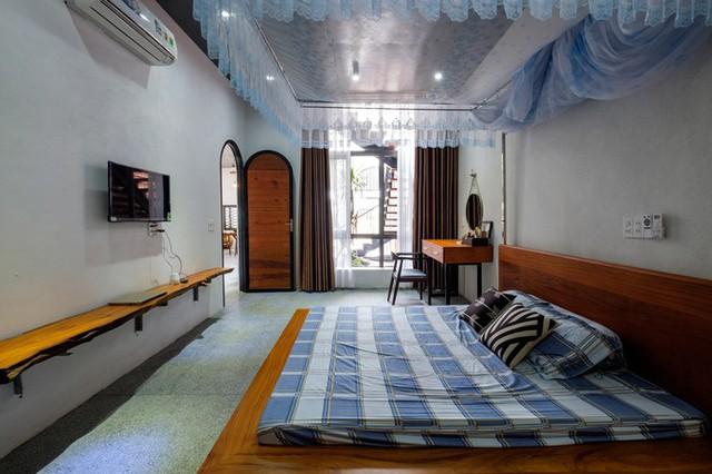 Không gian phòng ngủ sử dụng nội thất gỗ tự nhiên, tông màu trầm ấm áp.