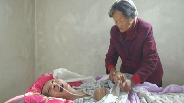 Bà Wei tuyên bố không bao giờ bỏ mặc con trai và luôn hy vọng con sẽ hồi phục. Ảnh: Beijing News.