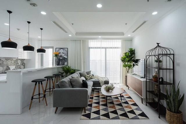 Phòng khách nhẹ nhàng thoáng đãng và đậm chất Pháp với nội thất lựa kĩ. Sự tinh tế trong cả cách chọn rèm cửa cũng mang đến vẻ đẹp cho không gian này.