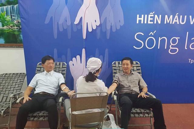 Ban lãnh đạo Eximbank tham gia hiến máu cùng CBNV Eximbank (Từ trái qua phải: Ông Yutaka Moriwaki – TV HĐQT Eximbank và ông Nguyễn Cảnh Vinh – Phó Tổng Giám đốc Thường trực Eximbank)