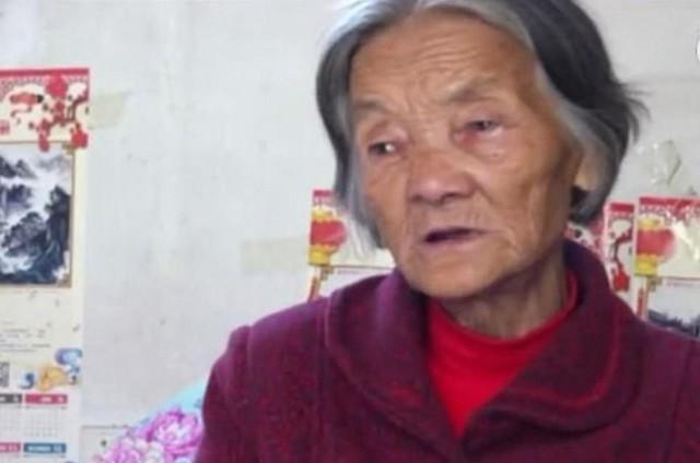 Bà Wei Mingying 12 năm một tay chăm sóc con trai nhưng không một lời kêu ca phàn nàn. Ảnh: Beijing News.