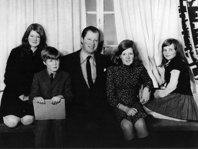 Diana và chị em của bà chụp ảnh cùng bố.