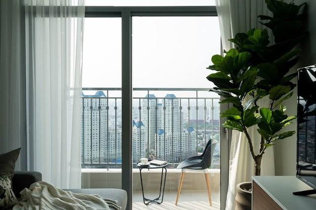 Logia nhỏ được thêm bộ bàn ghế xinh xắn để có không gian thư giãn trong nhà.