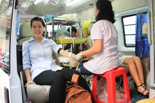 CBNV Eximbank nhiệt tình ghi danh đăng ký hiến máu vì cộng đồng.