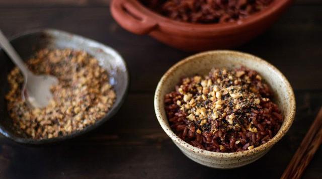 Gạo lứt thực chất là một loại gạo chỉ xát vỏ trấu bên ngoài, vẫn để nguyên lớp vỏ cám bên trong nên vẫn giữ được chất xơ và các dưỡng chất quan trọng khác.