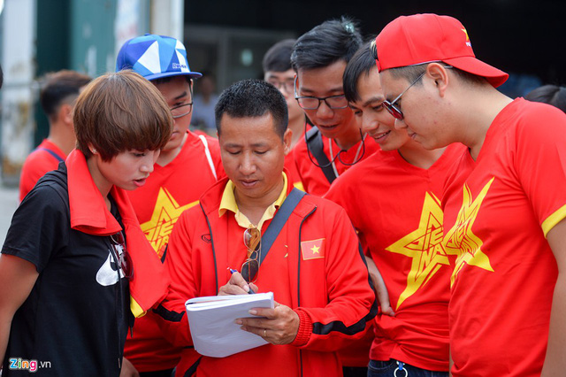 Anh Phạm Đình Long (giữa), Chủ tịch hội cổ động viên bóng đá (VFS) miền Bắc cho biết do khoảng cách không quá xa nên hội cổ động viên bóng đá Việt Nam ở cả 3 miền có hơn 100 người sang cổ vũ. Anh dự kiến sẽ có hàng nghìn người Việt Nam sang Lào tiếp sức cho đội tuyển.