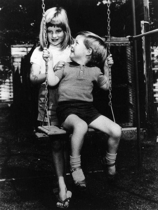Diana chơi với em trai Charles Edward Maurice trong khuôn viên của Park House khi bà lên 6 tuổi.