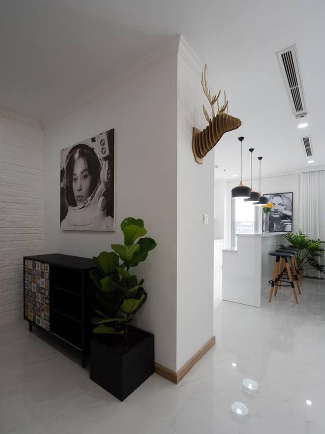 3 phòng ngủ thiết kế đẹp mắt và tất nhiên đậm chất Scandinavian. Vẫn là tone ghi - trắng chủ đạo, hạn chế nội thất để hướng đến sự tĩnh lặng, thư giãn cho không gian nghỉ ngơi, nhưng mỗi phòng đều được KTS thêm những điểm nhấn khéo léo. Đó có thể là cây xanh, bộ ga gối, đèn trang trí, tranh... Cũng vì thế, dù diện tích lớn nhỏ khác nhau, nhưng các phòng ngủ đều mang đến sự dễ chịu, tiện nghi.