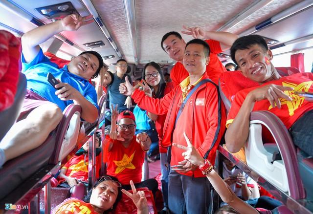 """Trận đấu mở màn AFF Cup giữa đội tuyển Việt Nam và Lào sẽ diễn ra vào lúc 19h30 ngày 8/11. Phát biểu trước trận đấu, huấn luyện viên Park Hang-seo cho biết: """"Chúng tôi biết rằng nhiều người Việt Nam ở Lào, nên đội tuyển sẽ không để họ thất vọng khi đến sân""""."""