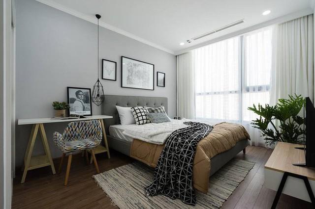 Phòng ngủ chính rộng rãi với những món đồ trang trí cá tính.