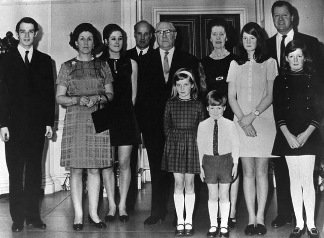 Một bức ảnh gia đình chụp tại lễ kỷ niệm 50 năm ngày cưới của ông bà Diana, Bá tước và Nữ Bá tước Countess.