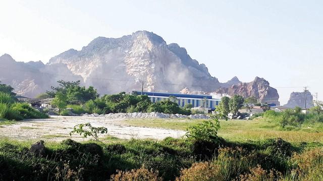 Cụm công nghiệp núi Vức với nhiều doanh nghiệp hoạt động khai thác, chế biến đá gây ô nhiễm. Ảnh: G.Hân