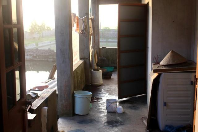 Vị trí trước cửa nhà vệ sinh, nơi Trưởng công an thị trấn Trần Cao phát hiện nạn nhân nằm tử vong. Ảnh: Đ.Tùy