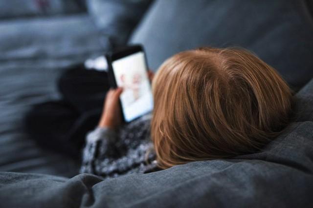 Xem điện thoại nhiều gây ảnh hưởng xấu đến sức khỏe tâm thần trẻ - Ảnh: GETTY IMAGES