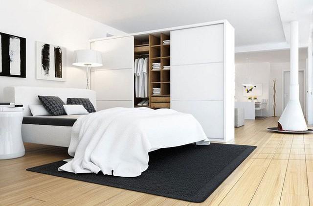 1. Trong căn hộ này tủ quần áo đóng vai trò như một tấm vách ngăn, phân tách nơi nghỉ nơi và khu vực sinh hoạt chung. Thêm nữa, tone màu trắng đồng màu với tổng thể cũng giúp không gian trông đẹp mắt hơn.