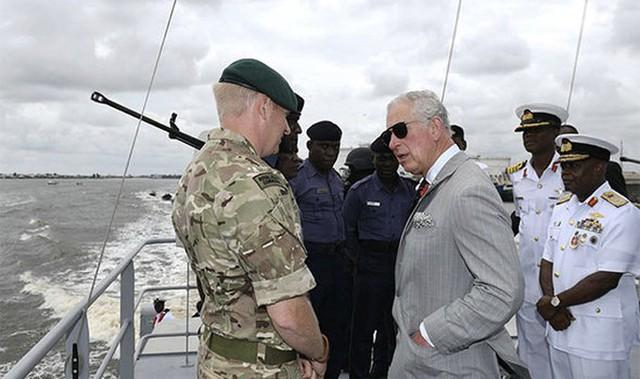 Thái tử Charles trò chuyện cùng một binh sĩ thuộc Hải quân Berths ở Lagos, Nigeria. Ảnh: PA.