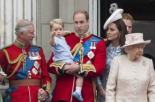 Thái tử Charles đứng cạnh vợ chồng con trai William và cháu trai George trong một sự kiện của hoàng gia ở Điện Buckingham năm 2015. Ảnh: REX.