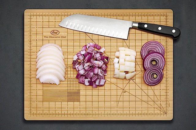 1. Bạn luôn cảm thấy ghen tị với những người có thể cắt đều các loại thực phẩm như máy cắt, hay bạn luôn phải dùng ngón tay để đo thực phẩm trước khi cắt? Chiếc thớt làm bằng tre này chính là siêu phẩm dành cho bạn.