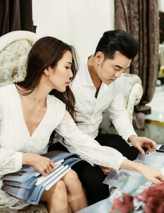 Ưng Hoàng Phúc và Kim Cương gấp rút chuẩn bị thiệp để mời bạn bè tham dự đám cưới.