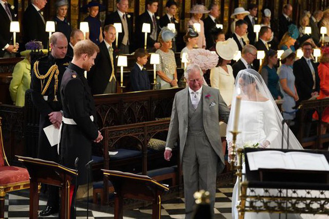 Thái tử Charles đưa Meghan vào lễ đường trong đám cưới hôm 19/5 ở lâu đài Windsor do bố của cô dâu, Thomas Markle, bị đau tim và từ chối đến lễ cưới. Ảnh: PA.