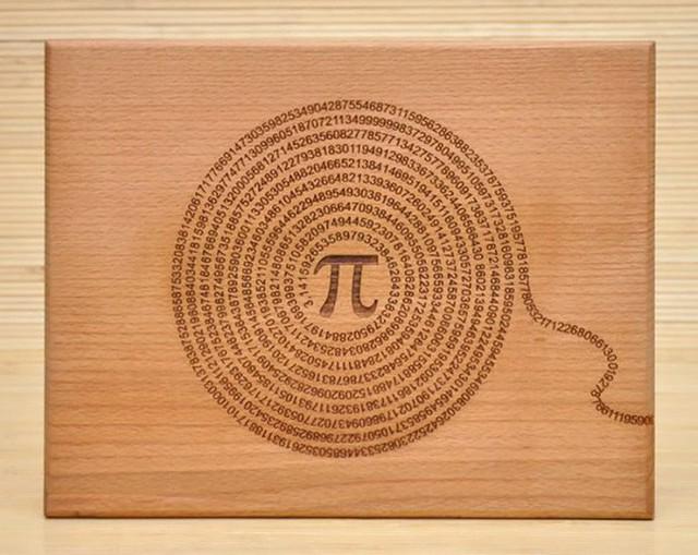 2. Chiếc thớt bằng gỗ khắc hình các con số không theo một quy luật nào. Trong khi mặt điêu khắc sẽ rất khó để có thể làm sạch, thì mặt sau lại vẫn duy trì vẻ trơn nhẵn để có thể chuẩn bị thức ăn hàng ngày.