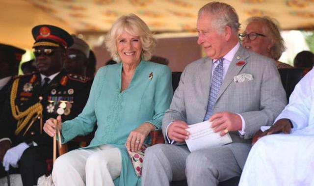 Thái tử Charles và vợ hai, bà Camilla, trong chuyến thăm Ghana hôm 1/11. Cả hai kết hôn năm 2005. Ảnh: PA