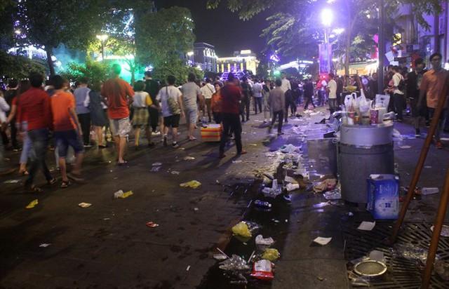 Rác vương vãi trên đường, ngay cạnh thùng rác sau lễ hội âm nhạc tại phố đi bộ Nguyễn Huệ