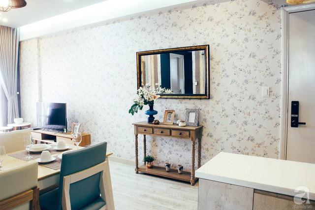 Góc tường đẹp mềm mại với họa tiết hoa văn dịu dàng phảng phấn phong cách đồng quê Pháp.