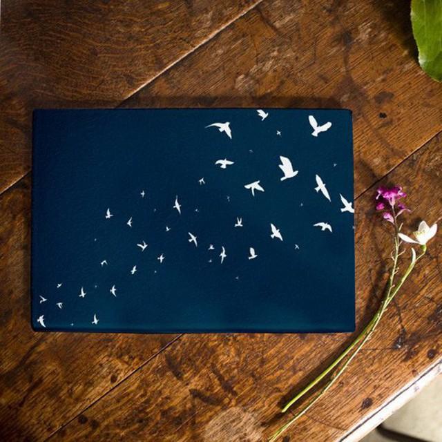12. Một đàn chim trắng đang bay lượn trền màu xanh navy, chiếc thớt làm bằng kính cường lực này giống như một bức hoạ tuyệt vời cho không gian bếp vậy.
