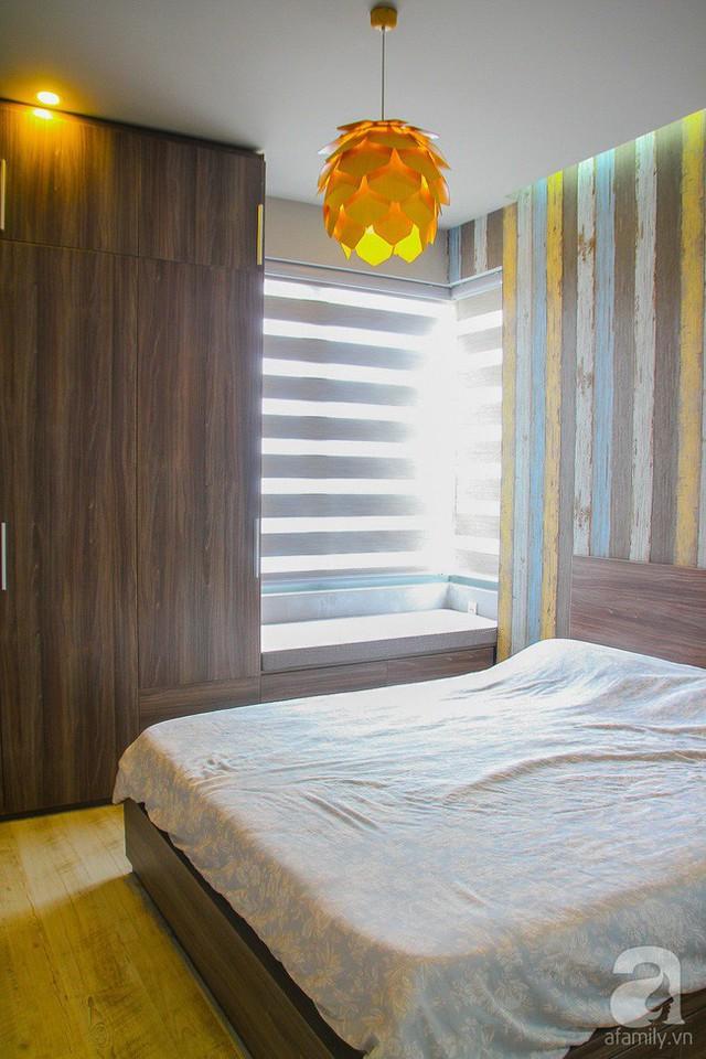 Những gam màu gỗ trầm kết hợp hài hòa với ánh sáng vàng ấm cúng.