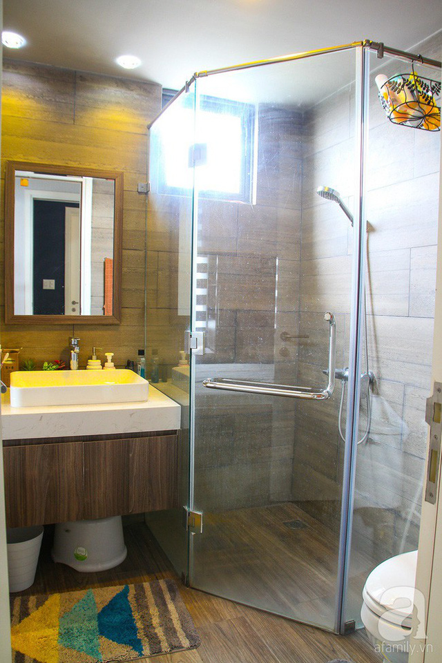 Không gian phòng tắm xinh xắn với cách thiết kế vách kính tăng diện tích sử dụng kết hợp với những thiết bị cần thiết nhưng vẫn đúng chuẩn tone của căn hộ.