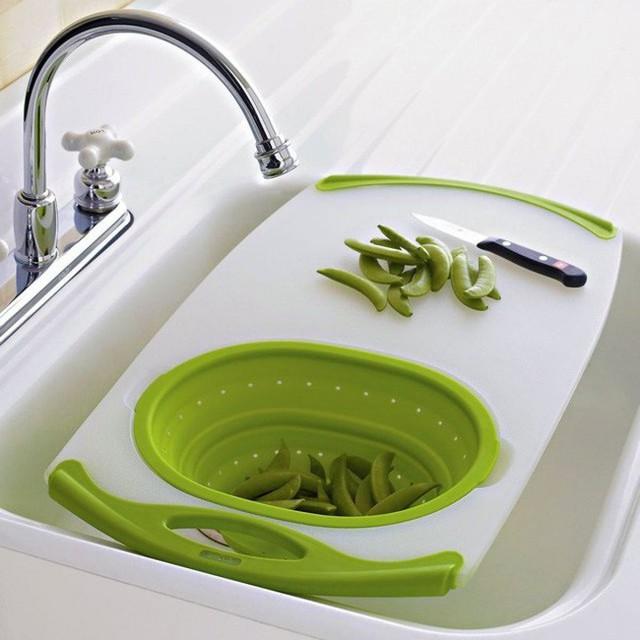 17. Còn chiếc thớt này lại tích hợp một chiếc bồn rửa nhỏ kèm bộ lọc. Một chiếc thớt lý tưởng cho những căn bếp nhỏ.