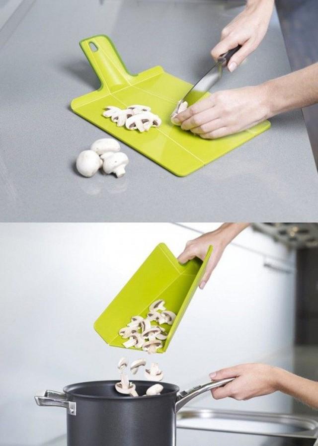 18. Một chiếc thớt cầm tay lại có thể dễ dàng gập nhỏ vào chỉ bằng một chuyển động giúp cho việc đổ thức ăn vào xoong nồi vô cùng thuận tiện.