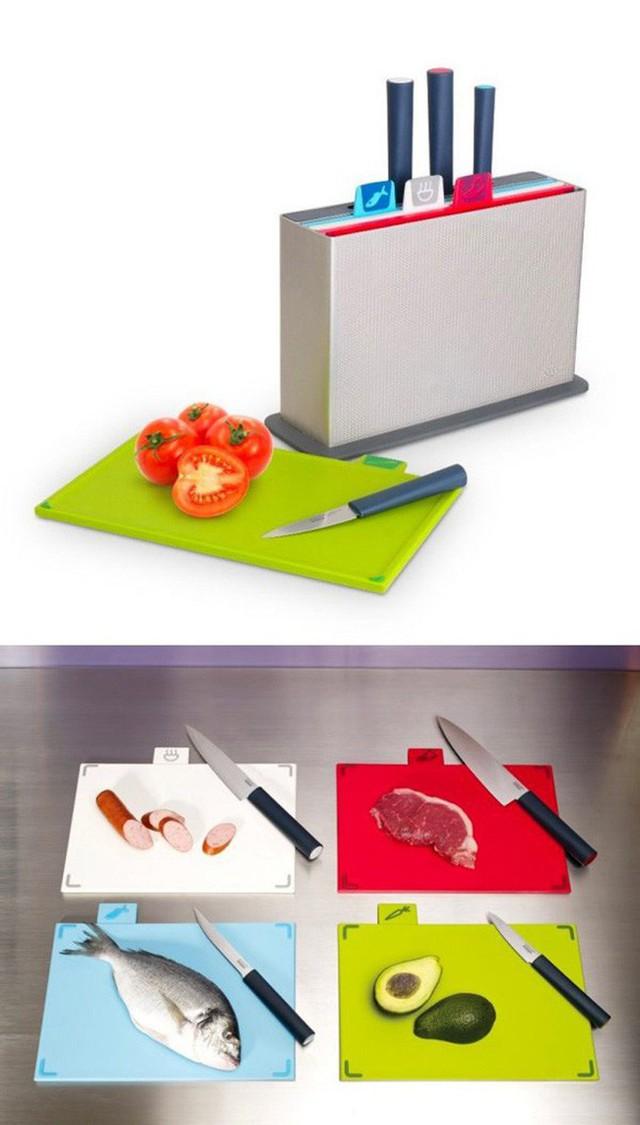 20. Bộ thớt màu sắc này còn đi kèm với từng loại dao phù hợp. Bạn cũng có thể phân loại chuyên dụng cho thớt như thớt dùng để chế biến rau củ, thịt sống, thịt chín… theo từng màu khác nhau. Hơn nữa nó còn có thêm chỗ gài dao để giúp phòng bếp nhà bạn gọn gàng hơn.