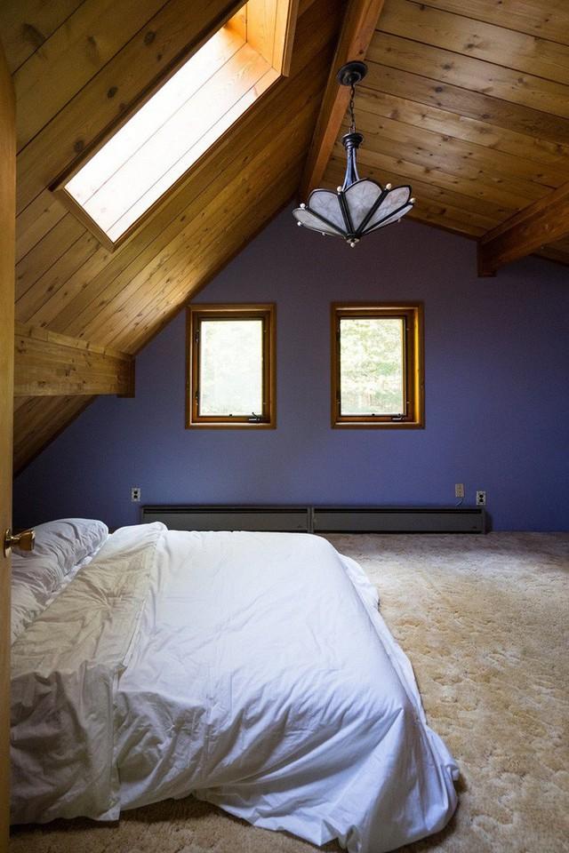 Bức tường màu tím và đèn chùm có thiết kế nhàm chán bị bỏ đi, thảm bông vẫn được giữ lại.