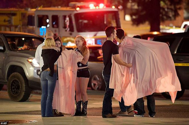 Những người trẻ bàng hoàng sau vụ xả súng. Ảnh: AP
