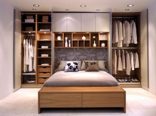 4. Tích hợp tủ đồ với giường ngủ như thế này không phải là ý kiến tồi. Thậm chí bạn chỉ cần thiết kế tủ ở hai bên đầu giường cũng được. Nhưng nên nhớ tủ cao sát trần sẽ gọn gàng hơn các loại tủ thông thường.