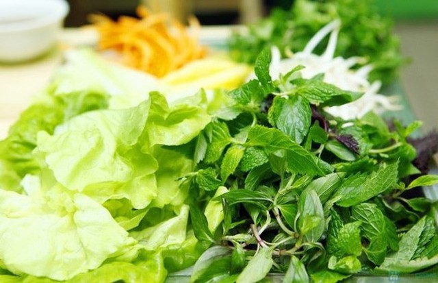 Rau sống rất được người Việt ưa chuộng nhưng không nên ăn bởi dễ nhiễm sán hàng đầu.
