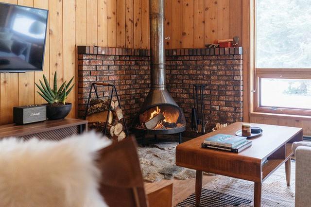 Tâm điểm của phòng khách là chiếc lò sưởi cũ theo phong cách cổ điển.