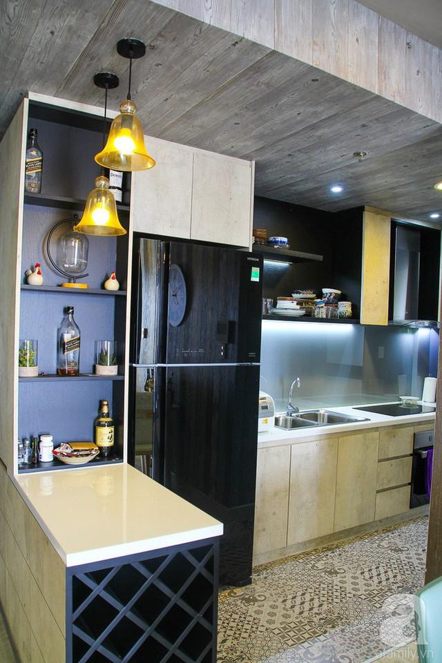 Góc bếp sáng tạo với khu vực nấu nướng và phần chuẩn bị đồ ăn ở đảo bếp bên ngoài.