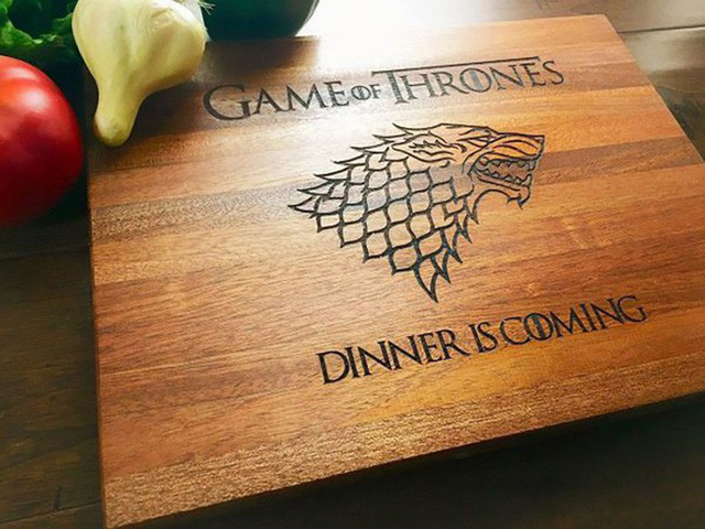 7. Có lẽ ai là fan của bộ phim Game of Thrones cũng sẽ yêu thích chiếc thớt gỗ với biểu tượng House Stark này. Chiếc gỗ này được làm từ gỗ và được phủ một lớp tinh dầu tự nhiên hoặc sáp ong – an toàn khi sử dụng và cũng giúp chống xước mặt thớt.